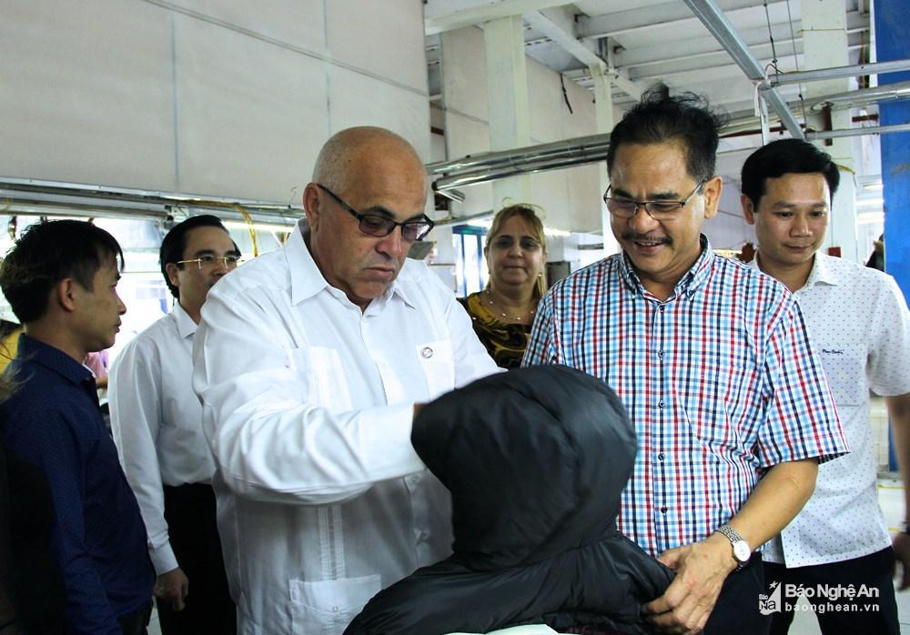 Chủ tịch Carlos Rafael Miranda Martinez cùng Tổng giám đốc may Minh Anh khu vực Nghệ An Nguyễn Đình Sinh